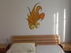 Wandmalerei mit symbolischer Kakaduform in Fremdenzimmer